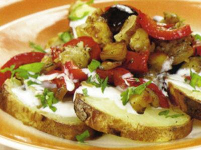 Cartofi copți cu legume și usturoi
