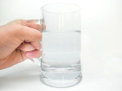 9 beneficii ale apei călduțe băute pe stomacul gol