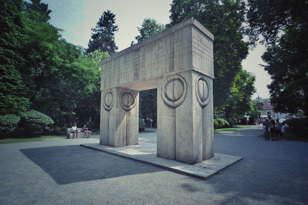 """Poarta Sărutului, monument ce face parte din """"Calea Eroilor"""""""