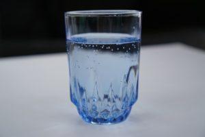 Află ce se întâmplă dacă pui un pahar cu apă sub pat
