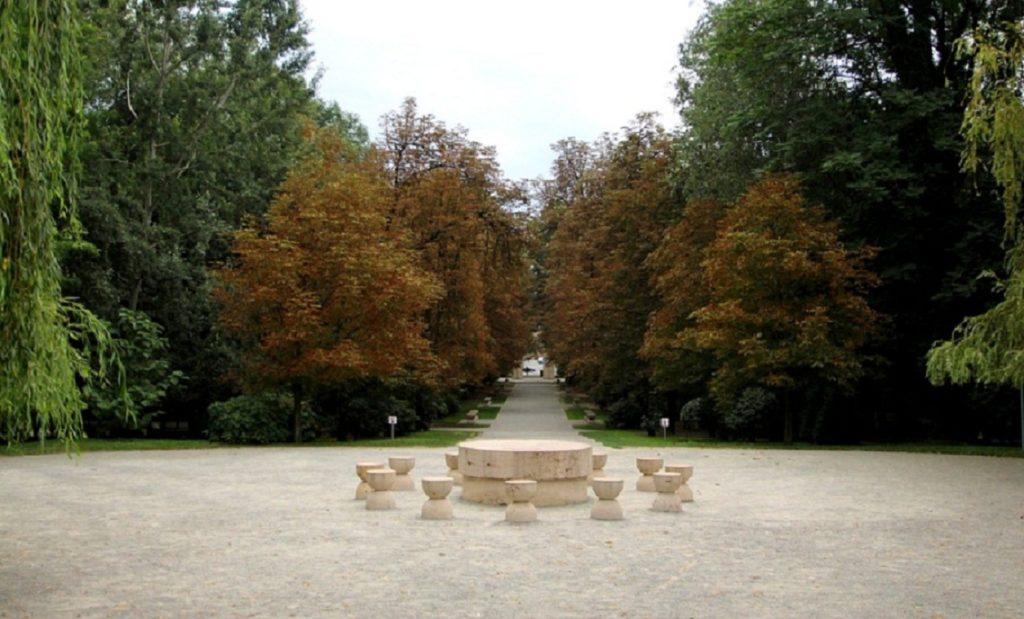 """Masa tăcerii monument ce face parte din """"Calea Eroilor"""""""