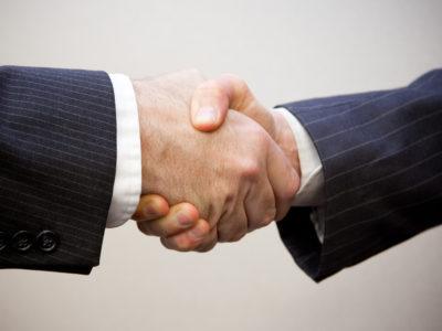 Strânsul mâinii dă indicii despre personalitatea interlocutorului