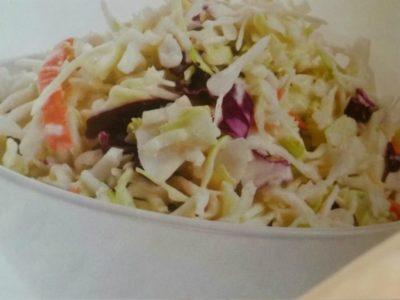 Salată de varză cu dresing din maioneză vegetală şi sirop de arțar