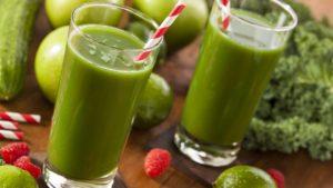 4 rețete de smoothie care ajută la detoxifierea organismului